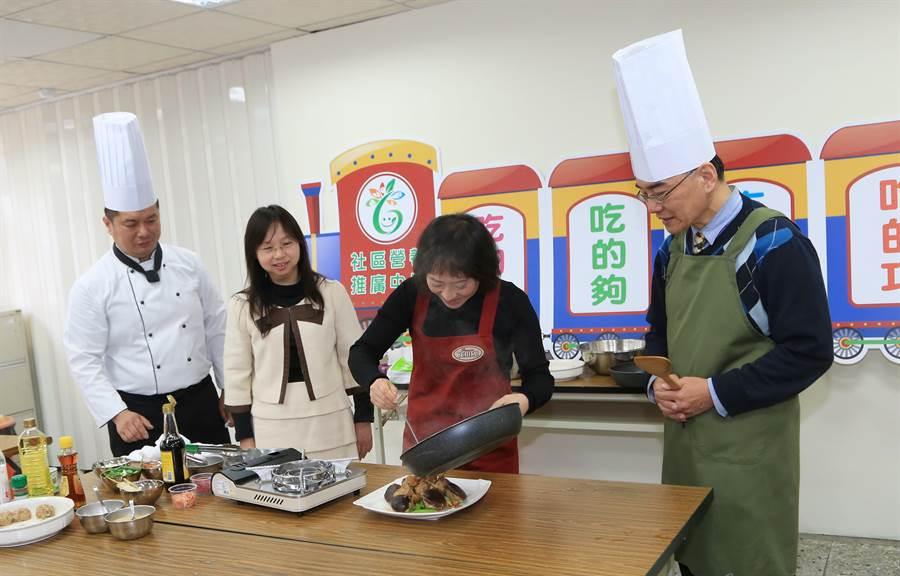 台中市長夫人廖婉如(右二)向銘除拜師,學習料理「菇鑲珍八寶」銀髮年菜,還笑說「回去要煮給佳龍吃!」(王文吉攝)