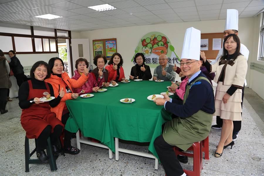 台中市長夫人廖婉如(左一)親自下廚,示範「菇鑲珍八寶」銀髮年菜的料理方式,並邀社區長者到場享用。(王文吉攝)