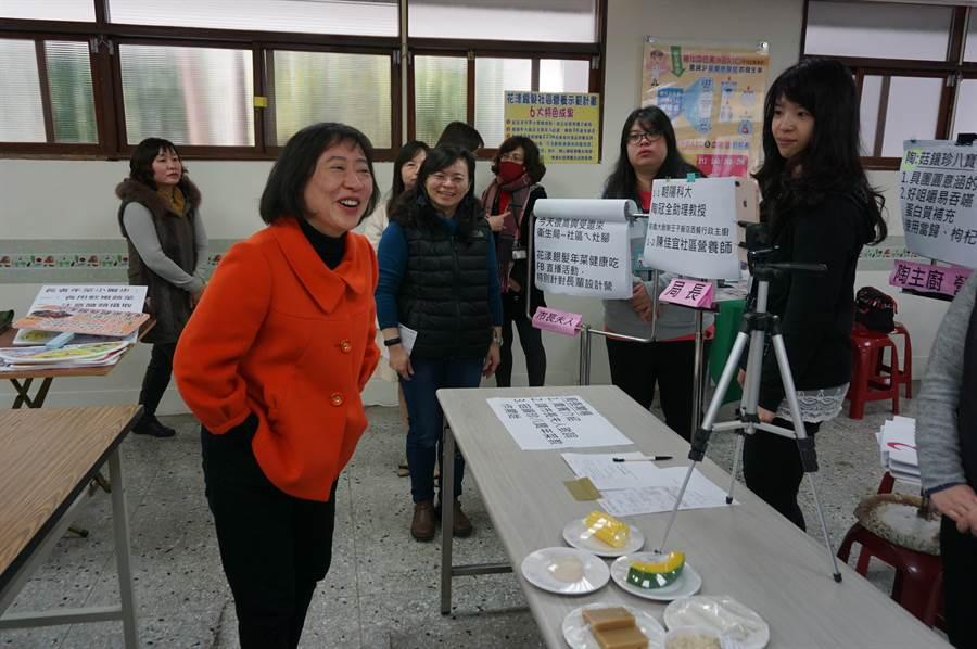 台中市長夫人廖婉如(左一)透過臉書直播宣導「銀髮年菜健康煮」,工作人員還製作大字報提示。(王文吉攝)