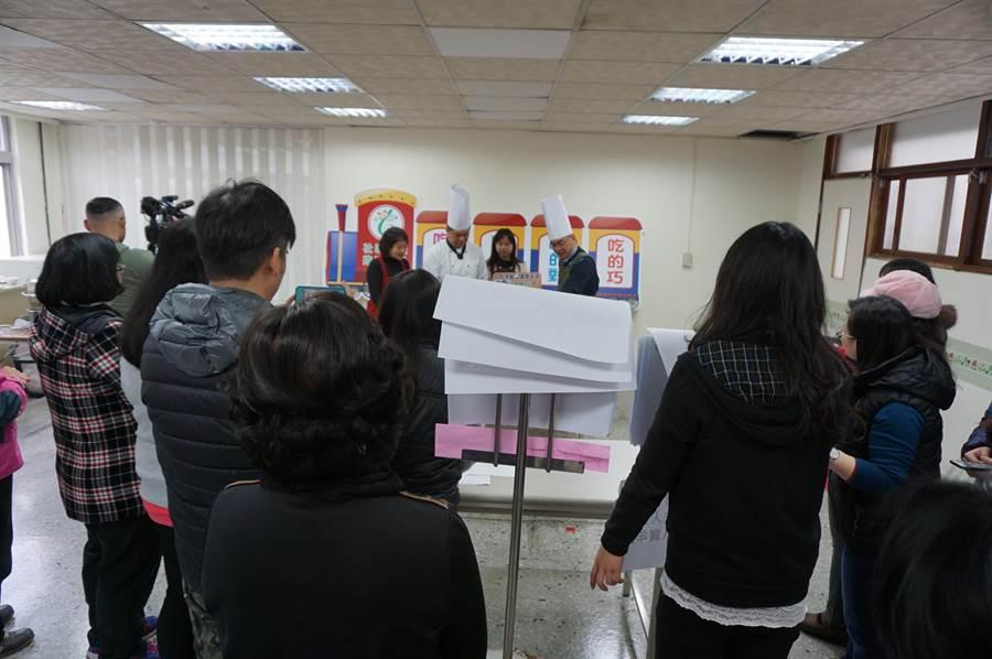 台中市長夫人廖婉如臉書直播「學做銀髮年菜」,吸引許多人圍觀。(王文吉攝)