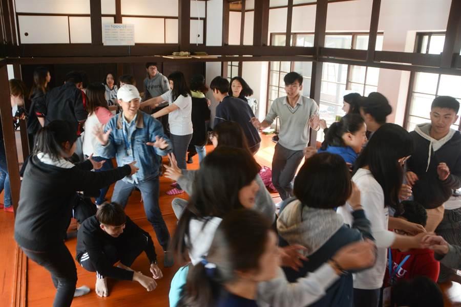 經過12天同吃、同住營隊生活,學生們建立深厚感情,在修復後的海軍眷村宿舍內熱絡進行團康遊戲。(林宏聰攝)
