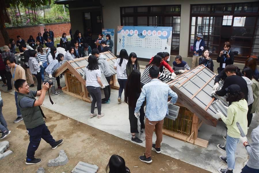 結訓典禮上,學生們分組限時比賽「疊瓦架屋」,展現營隊成果。(林宏聰攝)