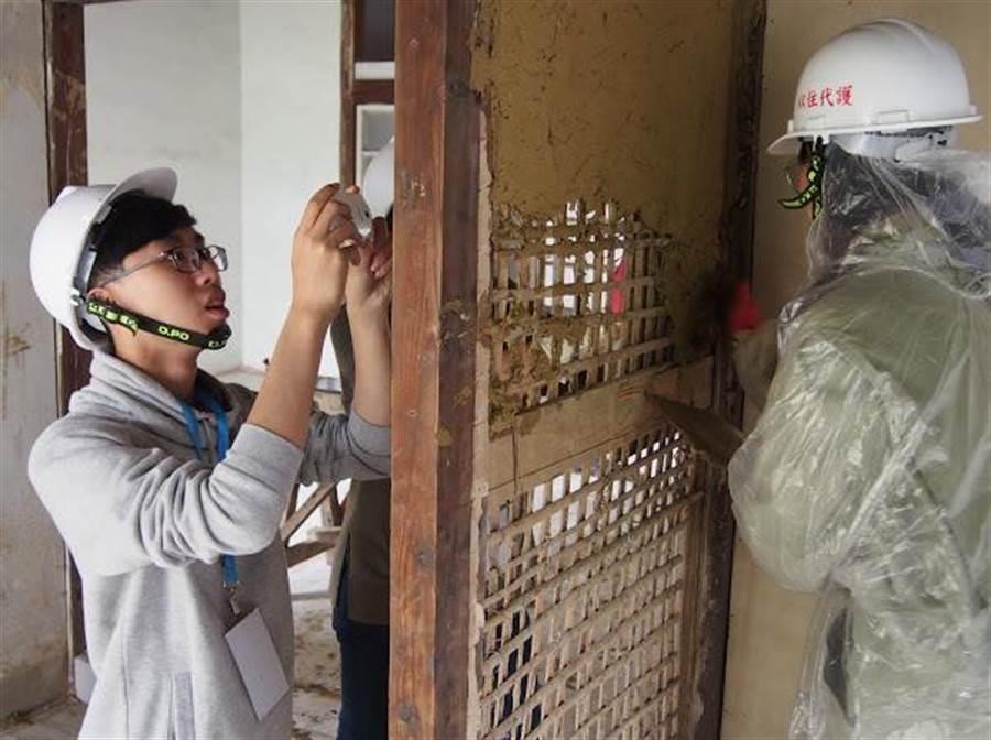 老屋勞動營學員學習編竹夾泥牆。(高市文化局提供)