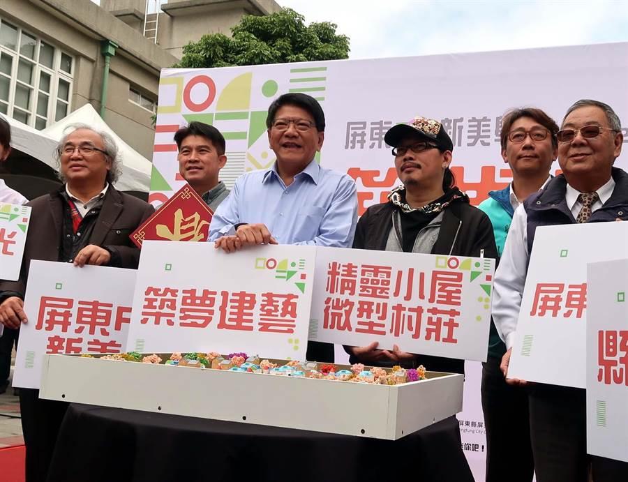 屏東美術館展出華語歌壇知名作詞人方文山(右3)在屏東美術館展出作品「精靈小屋.微型村莊」。(潘建志攝)