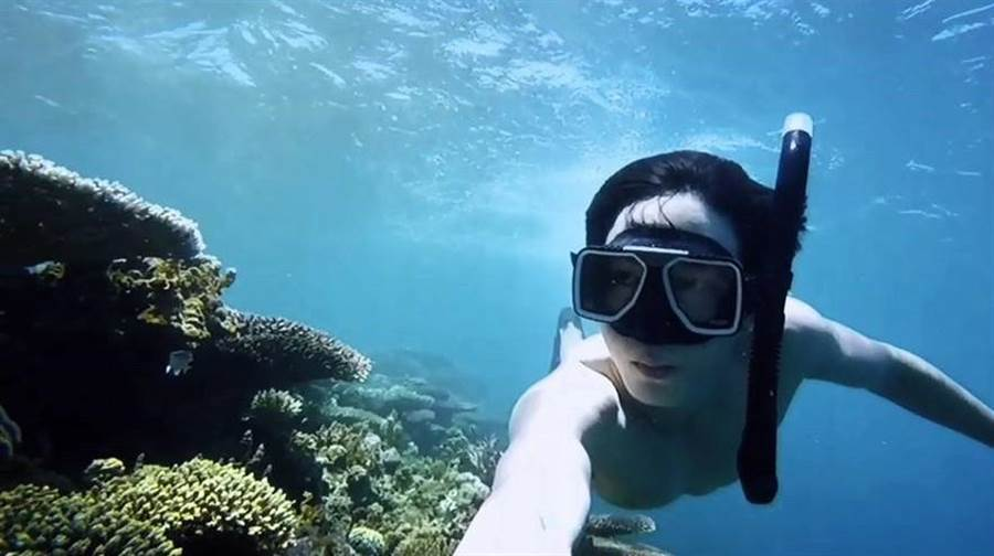 邱昊奇在巴拉望潛水。(達騰娛樂提供)
