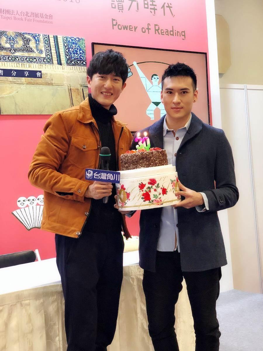 邱昊奇(左)今簽書會,沈建宏送上祝福。(達騰娛樂提供)