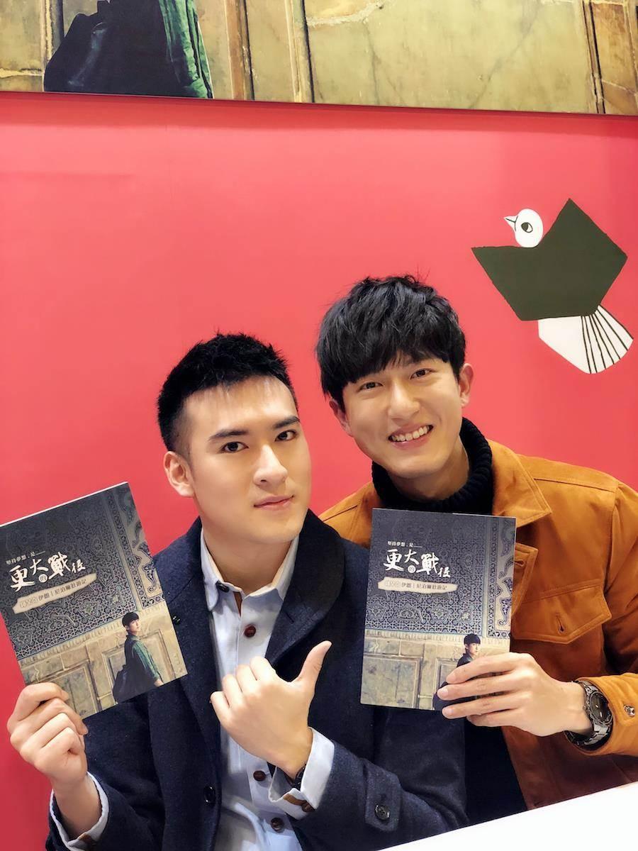 邱昊奇(右)今簽書會,沈建宏站台。(達騰娛樂提供)