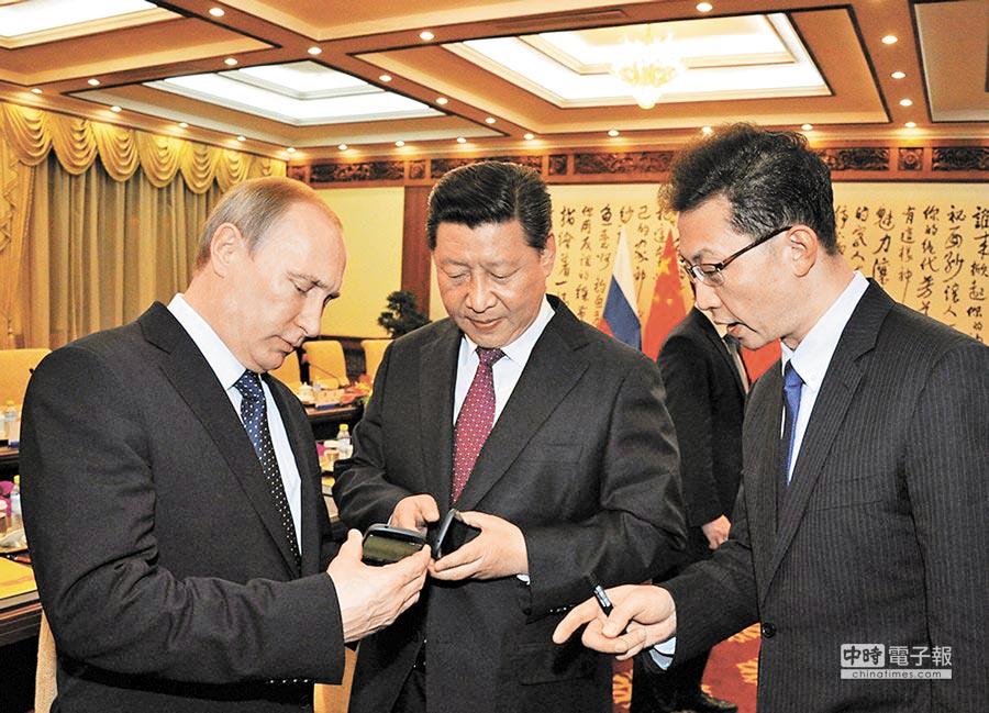 俄國總統普丁(左)雖不用智慧手機,但曾在2014年APEC會上將俄產「雙螢幕智慧手機」送給大陸國家主席習近平。(摘自今日俄羅斯網站)