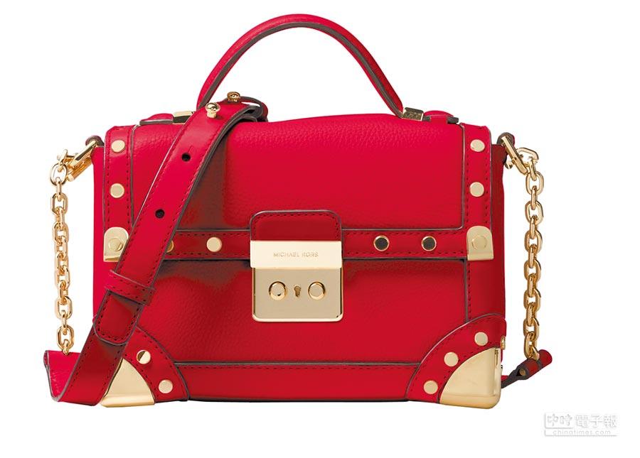 MICHAEL Michael Kors CORI鮮紅色鉚釘斜背肩包,2萬200元。(MICHAEL KORS提供)