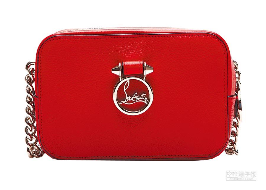 Christian Louboutin Rubylou亮紅色迷你相機包,3萬5500元。(Christian Louboutin提供)