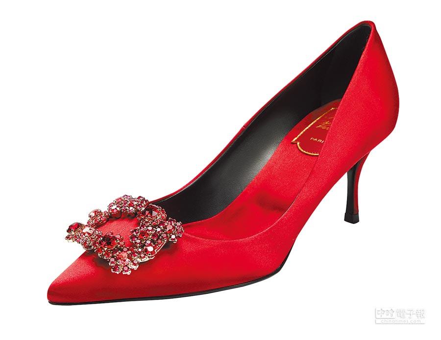 Roger Vivier櫻桃紅花鑽高跟鞋,6萬5200元。(Roger Vivier提供)