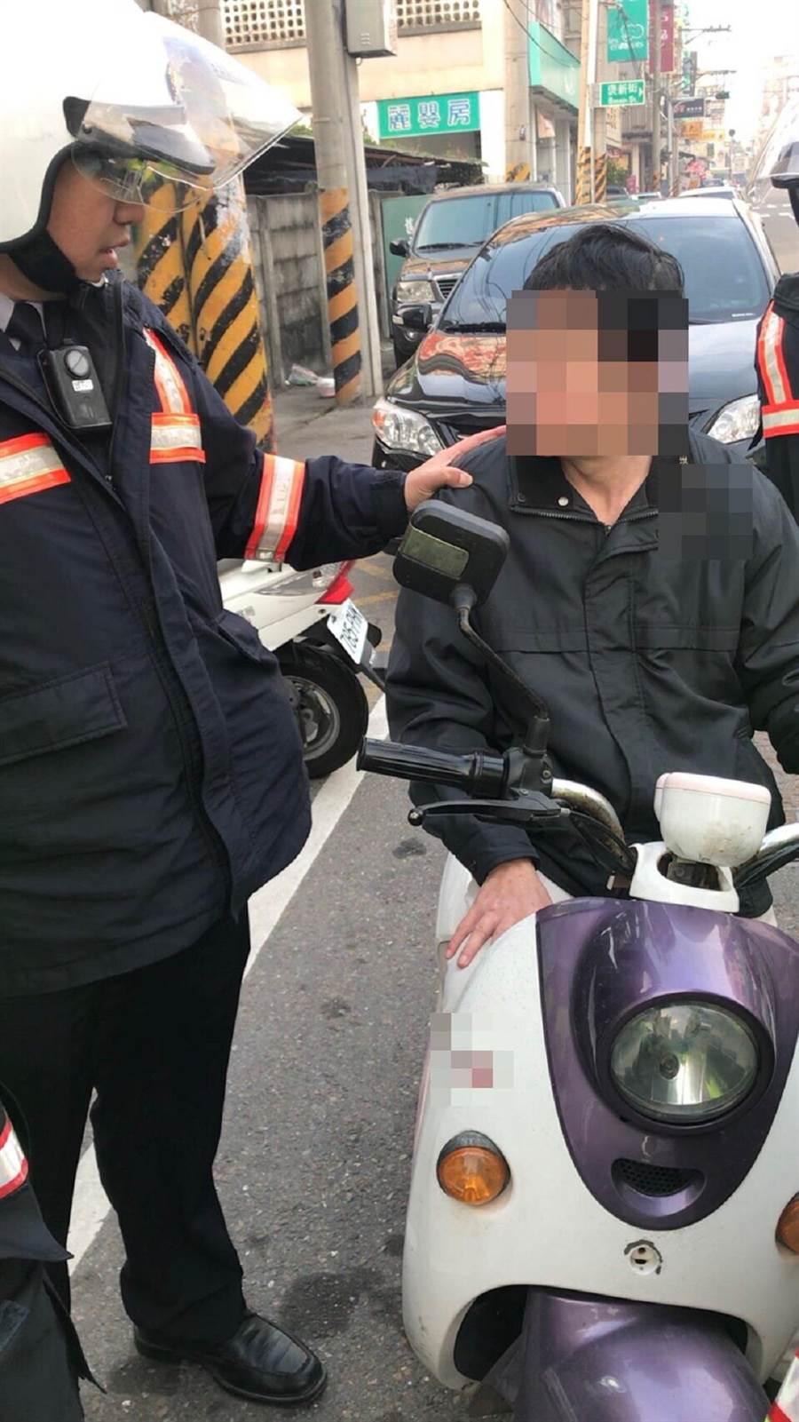 騎電動機車酒駕闖紅燈,男子依公共危險罪嫌送辦。(張朝欣翻攝)