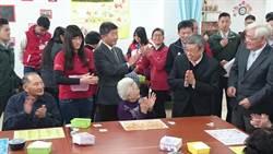 副總統陳建仁關懷雲林長照 與老人玩桌遊