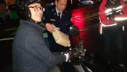 烏來夜遊到沒油  警副所長熱心幫加油
