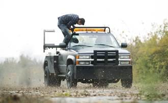 《魔獸》男星跳車遭暴雨襲擊 《玩命颶風》與歹徒搏鬥