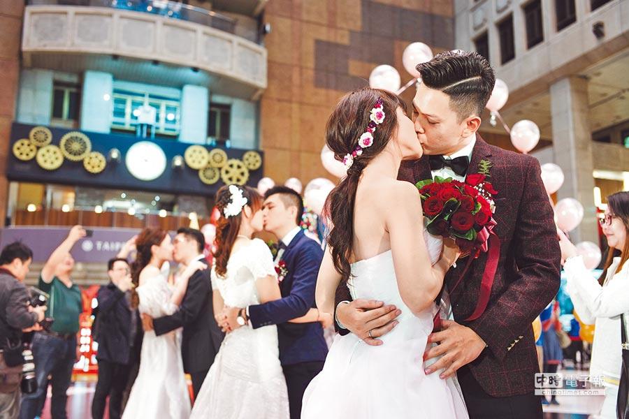 去年結婚率千分之5.86,創2010年以來最低點。圖為去年台鐵局職工福利委員會在台北車站大廳舉辦集團結婚。(本報資料照片)