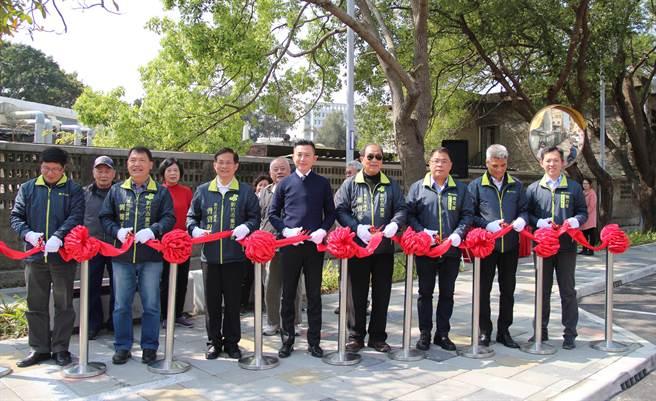 新竹市博愛街通學步道13日完工啟用,市長林智堅(左四)主持剪綵儀式。(陳育賢攝)