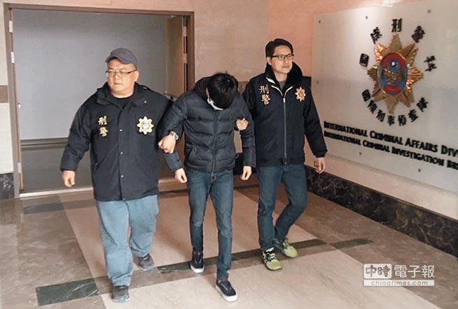 美國聯邦調查局(FBI)啟動監控全球百大散布兒童色情犯嫌行動,其中列名第33的溫姓男子(中)日前被高市警方逮捕。(曹明正翻攝)