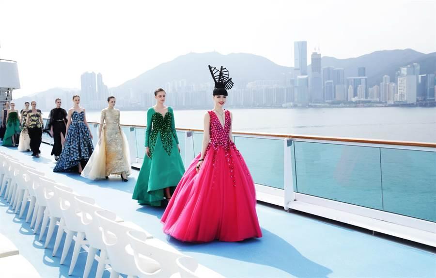 標榜時尚輕奢品味的歌詩達「新浪漫號」,本月6日停靠香港時曾舉辦別生面的甲板時裝秀。(圖/歌詩達郵輪)