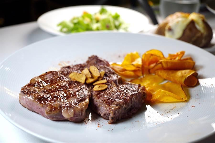 「新浪漫號」船上並有牛排海鮮餐廳讓客人大快朵頤。(圖/姚舜攝)