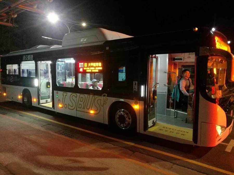 捷順交通開闢台中811及956兩路線,一口氣採購凱勝綠能11輛公車投入營運。(陳淑娥翻攝)