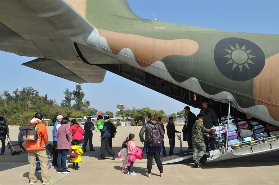 我國防部派遣軍機展開春節疏運作業。(中天新聞李俊龍攝)