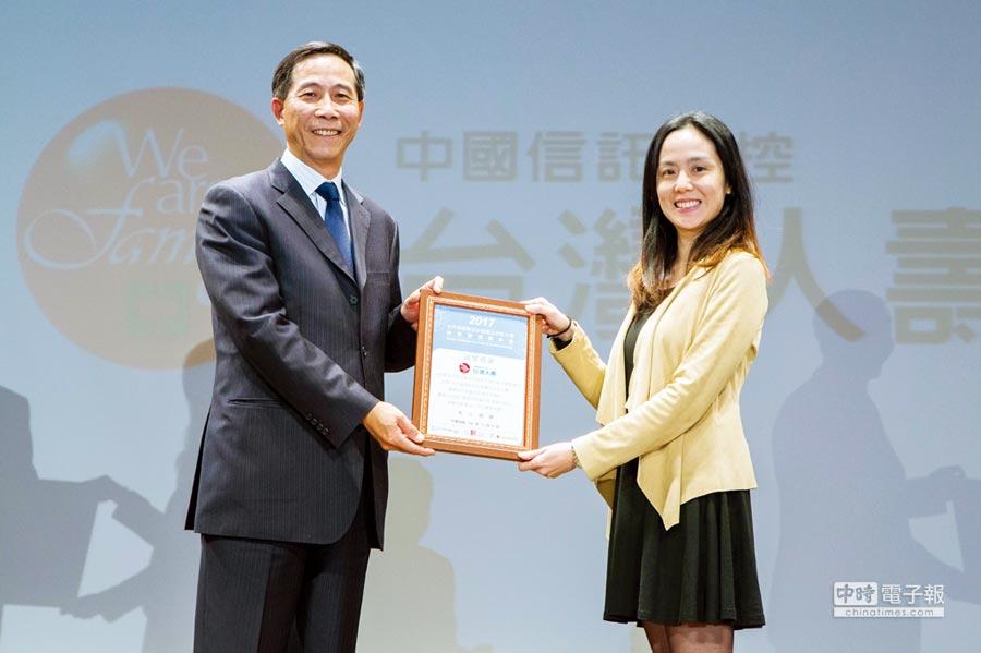 台灣人壽總經理莊中慶(左)日前接受銀享全球執行長蔡昕伶致贈感謝狀。圖/業者提供