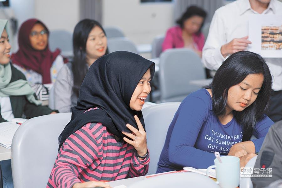 新南向學生逐年增高,是否可填補陸生減少的空缺,部分校長存疑;圖為印尼學生在醒吾科大上課情況。(醒吾科大提供)