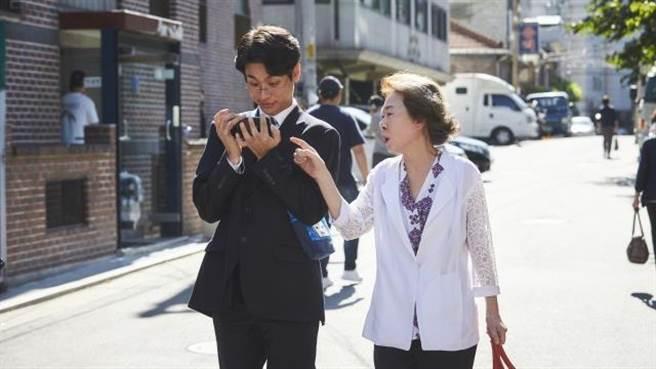電影《那才是我的世界》主角吳振泰是一位鋼琴天才,但生活起居需要依賴年邁母親的照顧。(車庫娛樂提供)