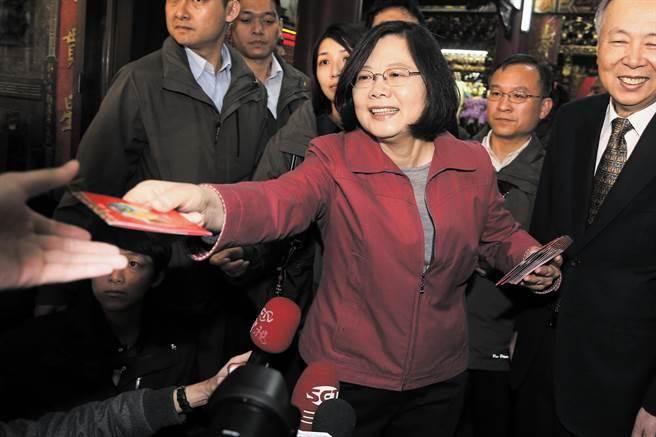 圖為蔡英文總統去年前往覺修宮上香並發放福袋。(資料照,杜宜諳攝)