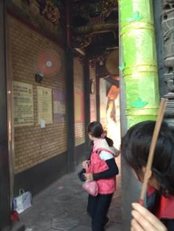 竹蓮寺香火頂盛點香器過熱 玻璃炸裂香客驚逃