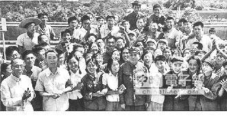 1966年8月18日,天安門城樓上,林彪與江青在右下角。(取自網路)