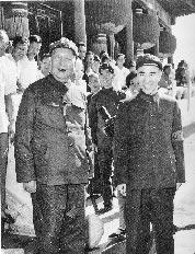 1966年夏,毛澤東(左)與林彪(右)在天安門城樓上。(本報系資料照片)