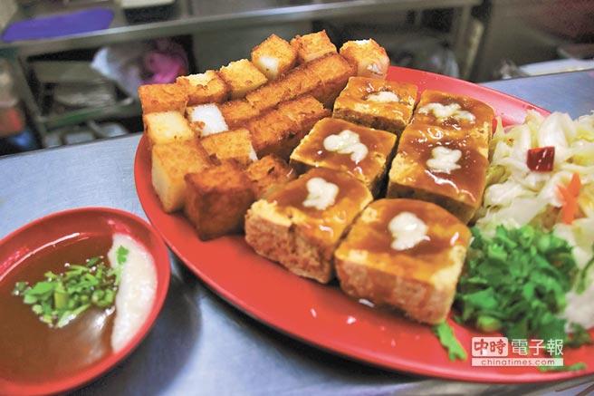 台東久昂臭豆腐與炸蘿蔔糕是超級夢幻組合。(莊哲權攝)