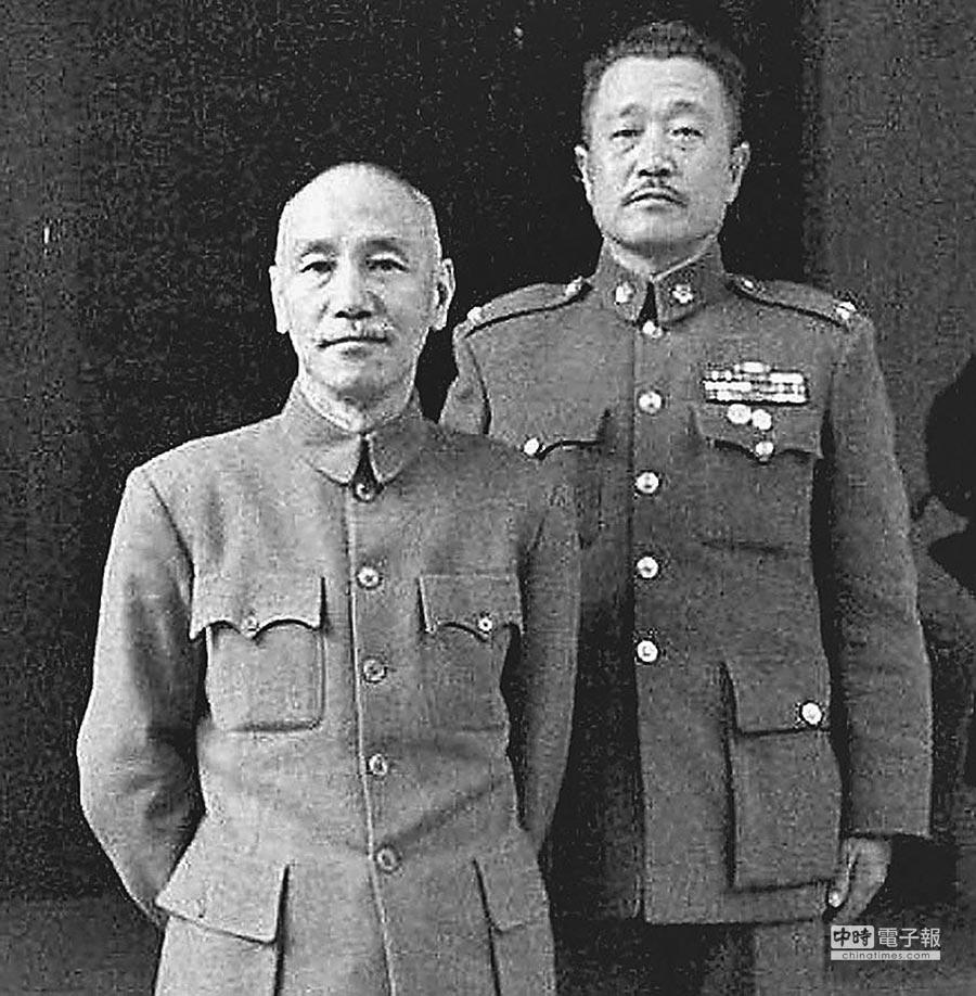 蔣中正總統與杜聿明合影。(取自網路)