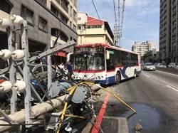 公車司機疑恍神 撞斷電桿4機車