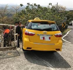 高雄崗山之眼接駁計程車自撞護欄 8人送醫