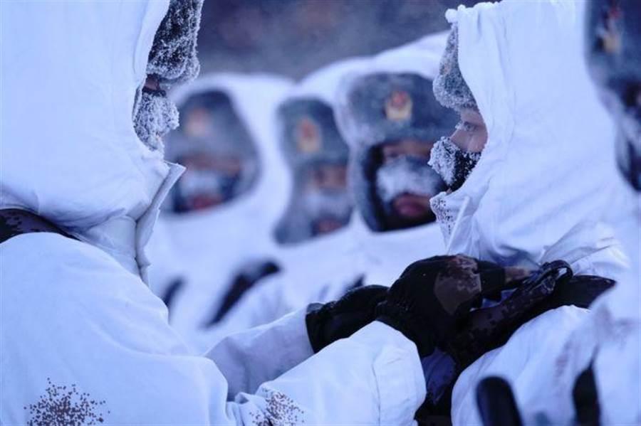 解放軍士兵穿著雪地偽裝服。(圖/網路)
