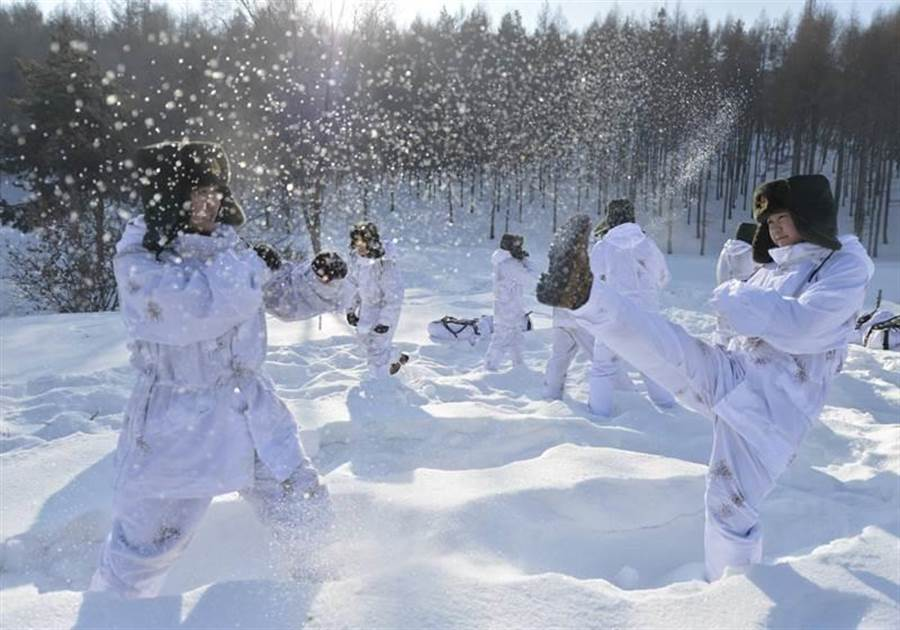 2014年,剛剛成立的解放軍第16集團軍特戰旅女兵參加冬訓。(圖/中新社)