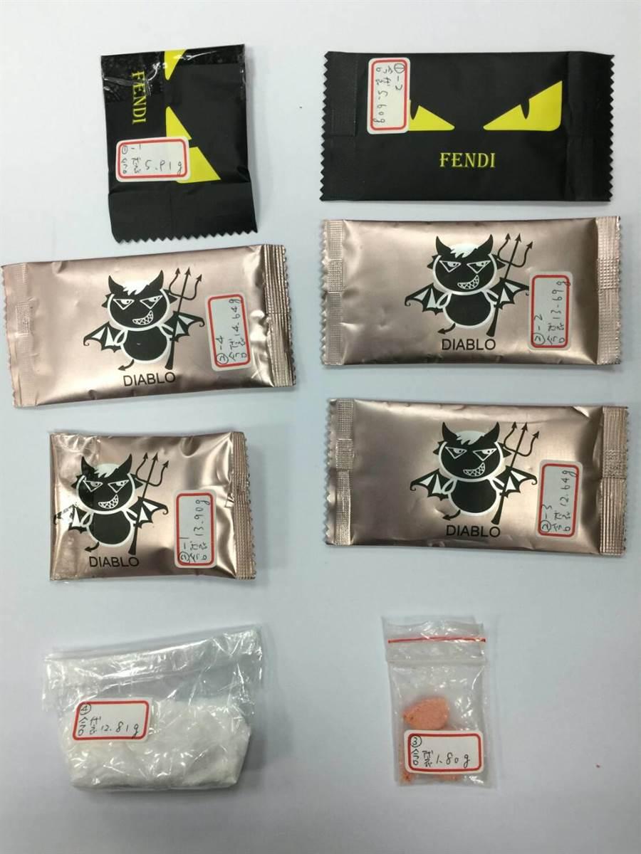 警方在劉姓駕駛的車內起出「金剛」、「小惡魔」毒咖啡包及K他命等毒品。(張妍溱翻攝)