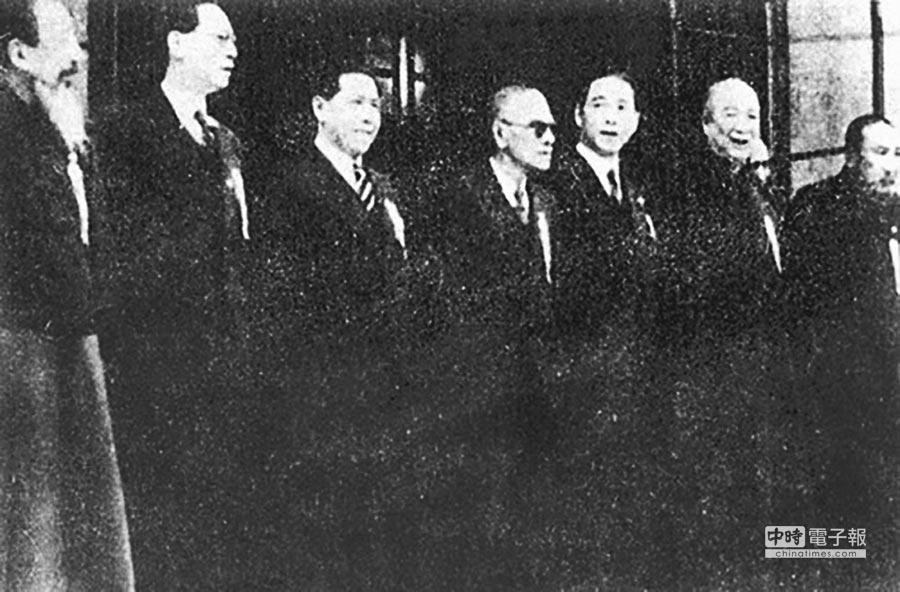 南京偽國民政府主要成員,周佛海(左2)、汪精衛(左5)。(摘自網路)