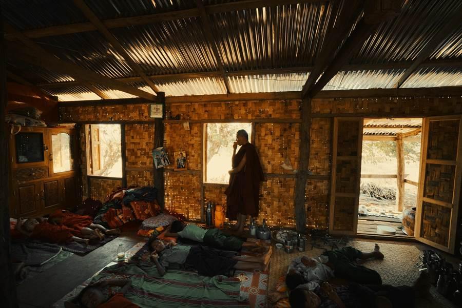 《十四顆蘋果》片中趙德胤與王興洪(圖中)跟和尚們同住一個屋簷下。(岸上影像提供)