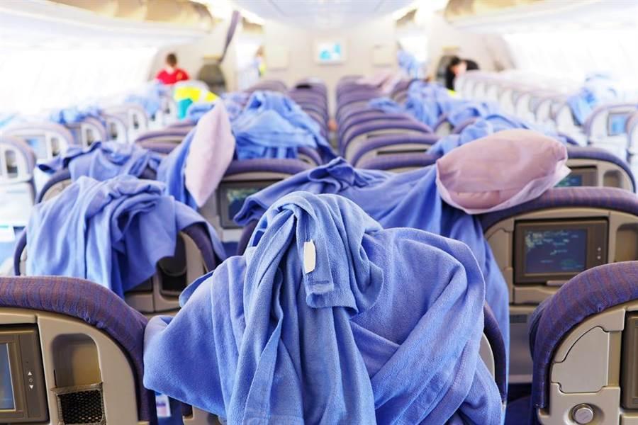 你知道為什麼回程飛機上的毛毯,通常已經沒有包塑膠套嗎?(示意圖/達志影像)