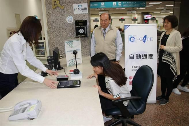 滿14歲的林小妹妹,21日前往辦理自動通關。(陳鴻偉翻攝)