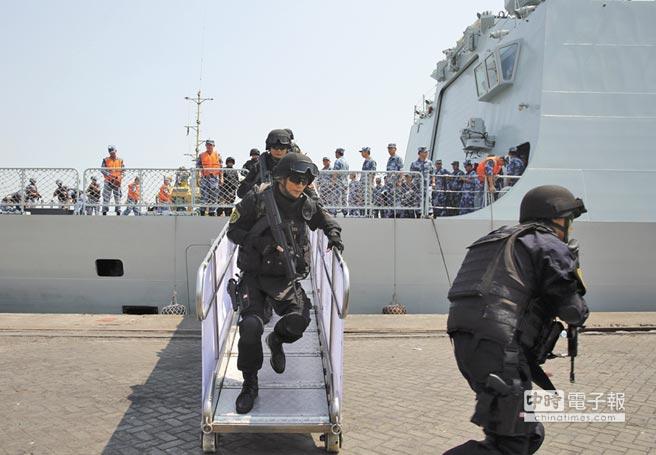 2015年3月29日到4月6日大陸從葉門撤離中外人員,圖為臨沂艦在亞丁港靠岸後,陸戰隊隊員迅速跑下舷梯,在劃定區域警戒。(新華社資料照片)