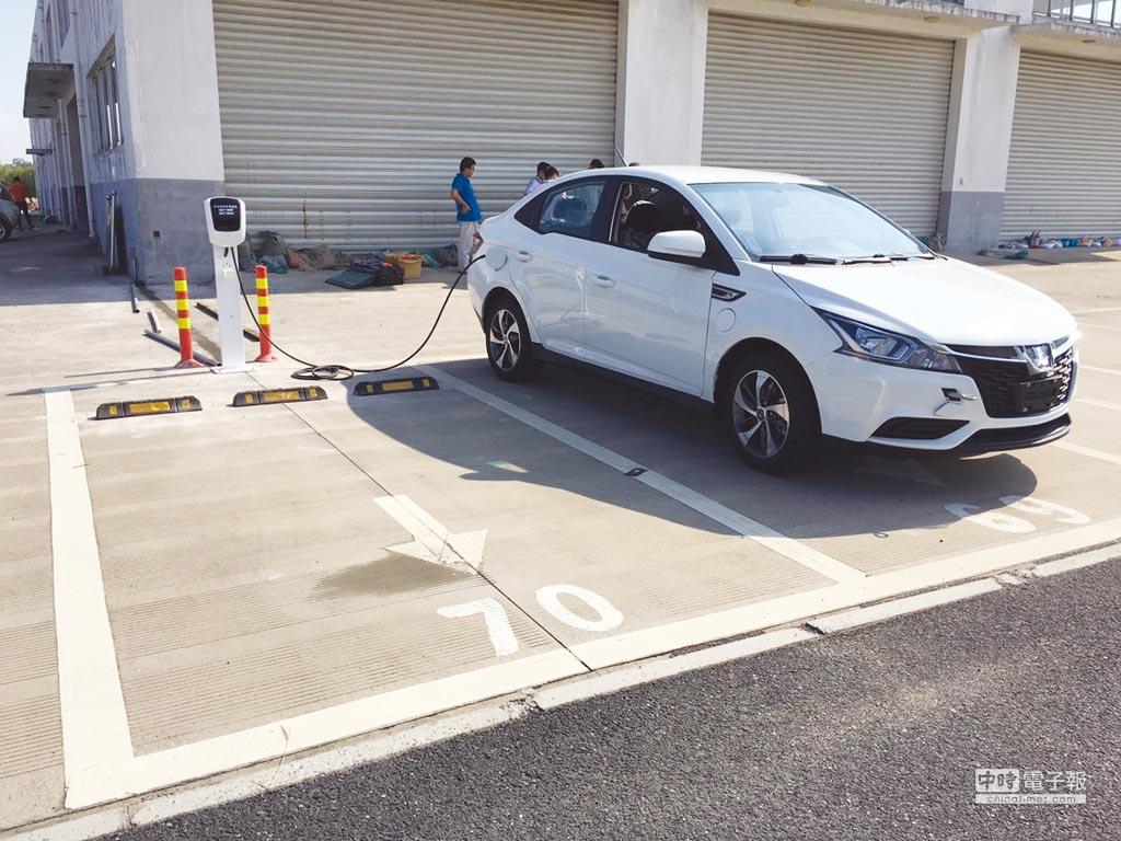 為推廣電動車,裕隆電能與MLD台鋁商場合作,打造南台灣第一座位於開放空間的通用型電動車充電站。圖/業者提供