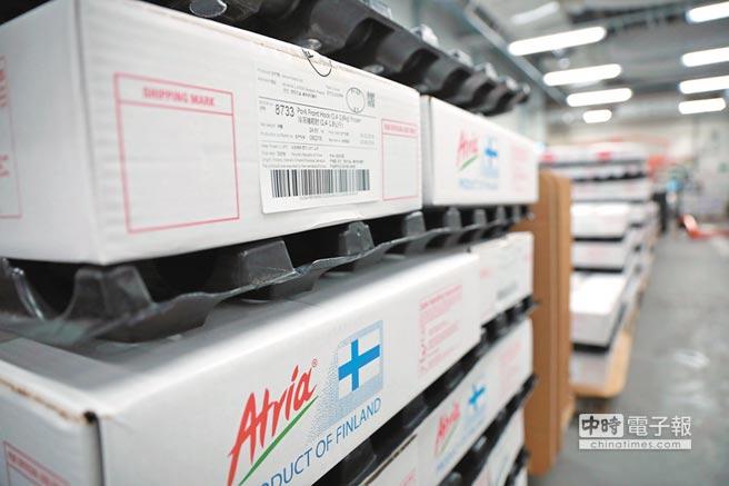 芬兰Atria公司仓库内,已经装箱的冷冻猪肉12日即将发往大陆。(新华社)