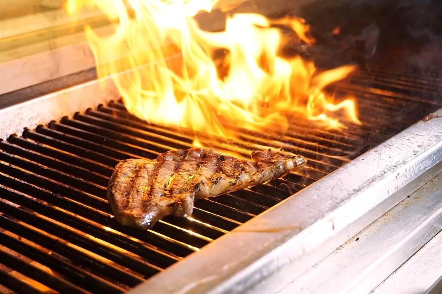火焰料理正在國際餐飲業界走紅,寒舍艾美酒店〈探索廚房〉搭上這班食尚列車,提供各種火烤美食讓客人吃到飽。(圖/姚舜攝)