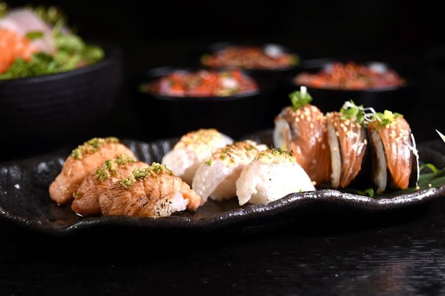 除了冷的握壽司,〈探索廚房〉亦提供多種溫熱的〈炙燒握壽司〉讓客人吃到飽。(圖/姚舜攝)