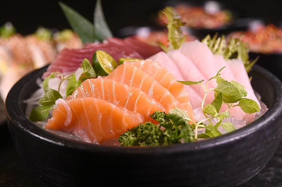 為了凸顯價值感,〈探索廚房〉現今出的生魚片一律都採厚切。(圖/姚舜攝)